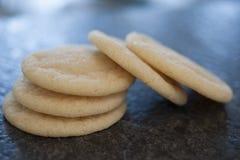 Biscotti di zucchero rotondi su granito nero Immagini Stock Libere da Diritti