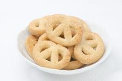 Biscotti di zucchero in un orizzontale bianco della ciotola Fotografia Stock