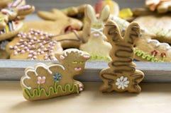 Biscotti dipinti a mano casalinghi del pan di zenzero di Pasqua sul vassoio di legno grigio fotografia stock libera da diritti
