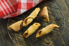 Biscotti dolci casalinghi con inceppamento Fotografie Stock Libere da Diritti