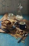 Biscotti dolci dell'arachide con latte Immagine Stock Libera da Diritti