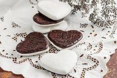 Biscotti dolci sotto forma di cuori dal cioccolato della pasta del pan di zenzero e da una glassa bianca Biscotti tradizionali Co Fotografia Stock Libera da Diritti