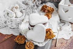 Biscotti dolci sotto forma di cuori dal cioccolato della pasta del pan di zenzero e da una glassa bianca Biscotti tradizionali Fi Fotografia Stock Libera da Diritti