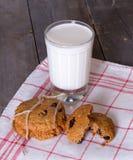 Biscotti e bicchiere di latte di farina d'avena Fotografie Stock Libere da Diritti