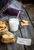 Biscotti e bicchiere di latte a forma di del cuore di giorno di biglietti di S. Valentino immagini stock