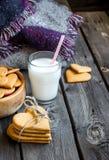 Biscotti e bicchiere di latte a forma di del cuore di giorno di biglietti di S. Valentino Immagini Stock Libere da Diritti
