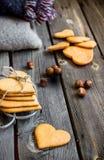 Biscotti e bicchiere di latte a forma di del cuore di giorno di biglietti di S. Valentino Fotografia Stock