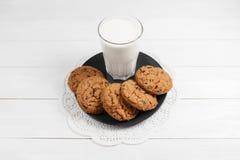 Biscotti e bicchiere di latte saporiti Fotografia Stock