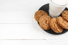 Biscotti e bicchiere di latte saporiti Fotografia Stock Libera da Diritti