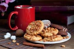 Biscotti e cacao con le caramelle gommosa e molle Immagini Stock