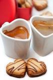 Biscotti e caffè crema a forma di cuore Immagini Stock