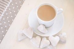biscotti e caffè di Cuore-forma Immagine Stock Libera da Diritti