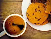 Biscotti e caffè di pepita di cioccolato Fotografia Stock