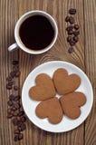 Biscotti e caffè a forma di dello zenzero del cuore fotografia stock