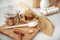 Biscotti e cannella deliziosi con miele sulla tavola Fotografie Stock Libere da Diritti