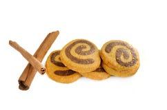 Biscotti e cannella isolati su bianco Fotografie Stock