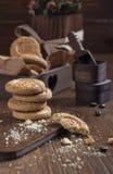 Biscotti e caselle con i chicchi di caffè Immagini Stock Libere da Diritti