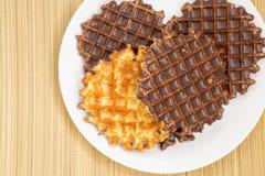 Biscotti e cioccolato sulla stuoia di bambù Fotografie Stock Libere da Diritti