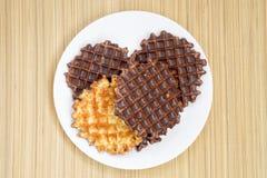 Biscotti e cioccolato sulla stuoia di bambù Fotografia Stock