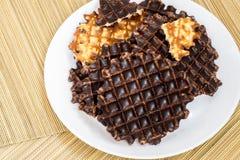 Biscotti e cioccolato sulla stuoia di bambù Immagini Stock