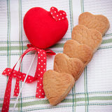 Biscotti e cuore casalinghi Fotografia Stock Libera da Diritti