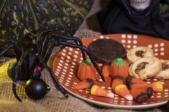 Biscotti e decorazione placcati di Halloween Fotografie Stock Libere da Diritti