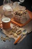 Biscotti e latte dell'arachide Fotografia Stock