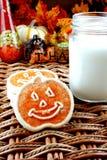 Biscotti e latte di Halloween Fotografia Stock Libera da Diritti