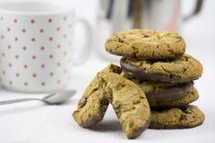 Biscotti e latte di pepita di cioccolato fotografie stock libere da diritti