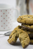 Biscotti e latte di pepita di cioccolato immagini stock libere da diritti