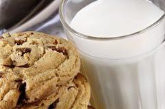 Biscotti e latte di pepita di cioccolato Fotografia Stock Libera da Diritti