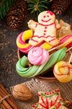 Biscotti e lecca-lecca del pan di zenzero di Natale in ciotola Fotografie Stock Libere da Diritti