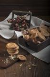 Biscotti e rose asciutte Fotografia Stock