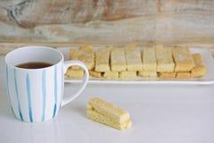 Biscotti e tè di biscotto al burro Immagini Stock Libere da Diritti