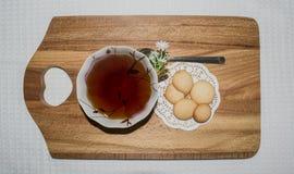 Biscotti e tazza di tè Fotografie Stock Libere da Diritti