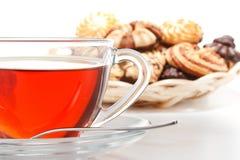 Biscotti e tazza dolci di tè fotografie stock libere da diritti