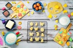 Biscotti ed ingredienti di Sugar Easter per cuocere Fotografie Stock