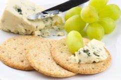 Biscotti ed uva del formaggio blu Fotografia Stock