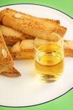 Biscotti eller Cantucci kex (Cantuccini) och Vin Santo vin Arkivfoto