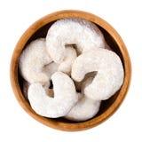 Biscotti falcati della vaniglia in ciotola di legno sopra bianco Fotografie Stock Libere da Diritti