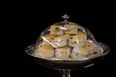 Biscotti fatti a mano sul piatto pronto da servire immagine stock libera da diritti