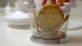 Biscotti fendentesi e mescolantesi e cucinare torta di formaggio archivi video