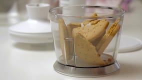 Biscotti fendentesi e mescolantesi e cucinare torta di formaggio stock footage