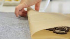 Biscotti fendentesi per la cottura del dolce della crema del formaggio con i mirtilli archivi video