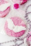 biscotti festivi con crema e la decorazione delle ali di bianco immagine stock