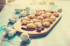 Biscotti festivi sotto forma degli alberi di Natale e delle stelle Fotografia Stock