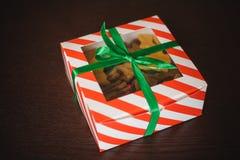 Biscotti a forma di casalinghi delle ossa di cane in scatola Immagini Stock