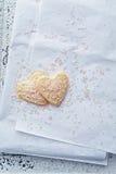 Biscotti in forma di cuore con zucchero rosa Fotografia Stock Libera da Diritti