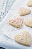 Biscotti in forma di cuore con zucchero rosa Immagine Stock