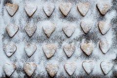 Biscotti a forma di cuore coperti di glassa Fotografie Stock